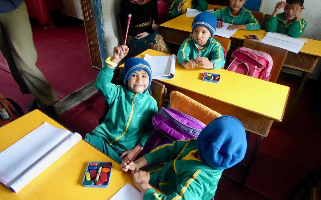 A Bleistift FOR EVERYONE spendet 300 Bleistifte nach Nepal